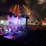 Blick von hinten auf die Bühne mit der SZ-Band Deadline. Im Hintergrund sieht man ein volles Zelt.