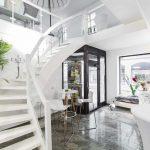 Über eine weiße Treppe gelangt man in den 1. Stock, wo sich ein ebenfalls in weiß gehaltenes Loft befindet.