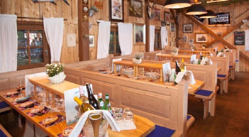 Festlich gedeckte Tische im kleinen Festzelt Fisch Bäda auf dem Oktoberfest