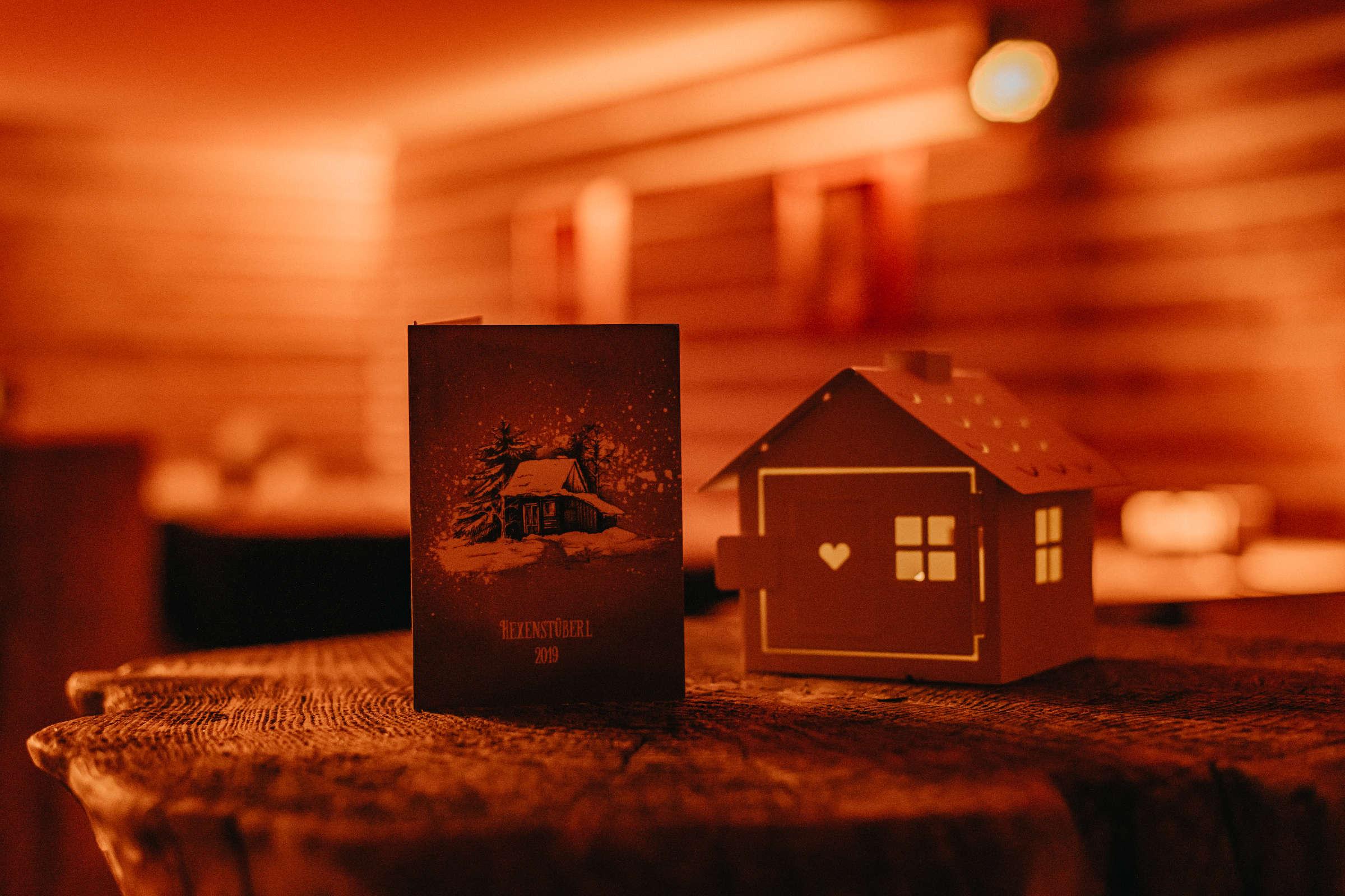 Menükarte und Dekoration bei einem Weihnachtsfeiern Event auf einem Holzstamm