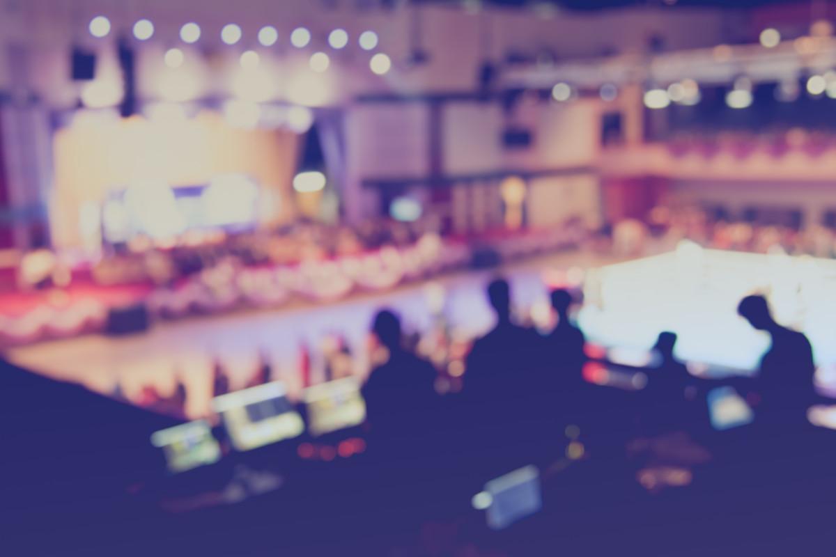 Umfrage: Ticketkäufer*Innen in der Pandemie: Das Bild zeigt eine Veranstaltungstechniker am FOH, der Saal ist leer.