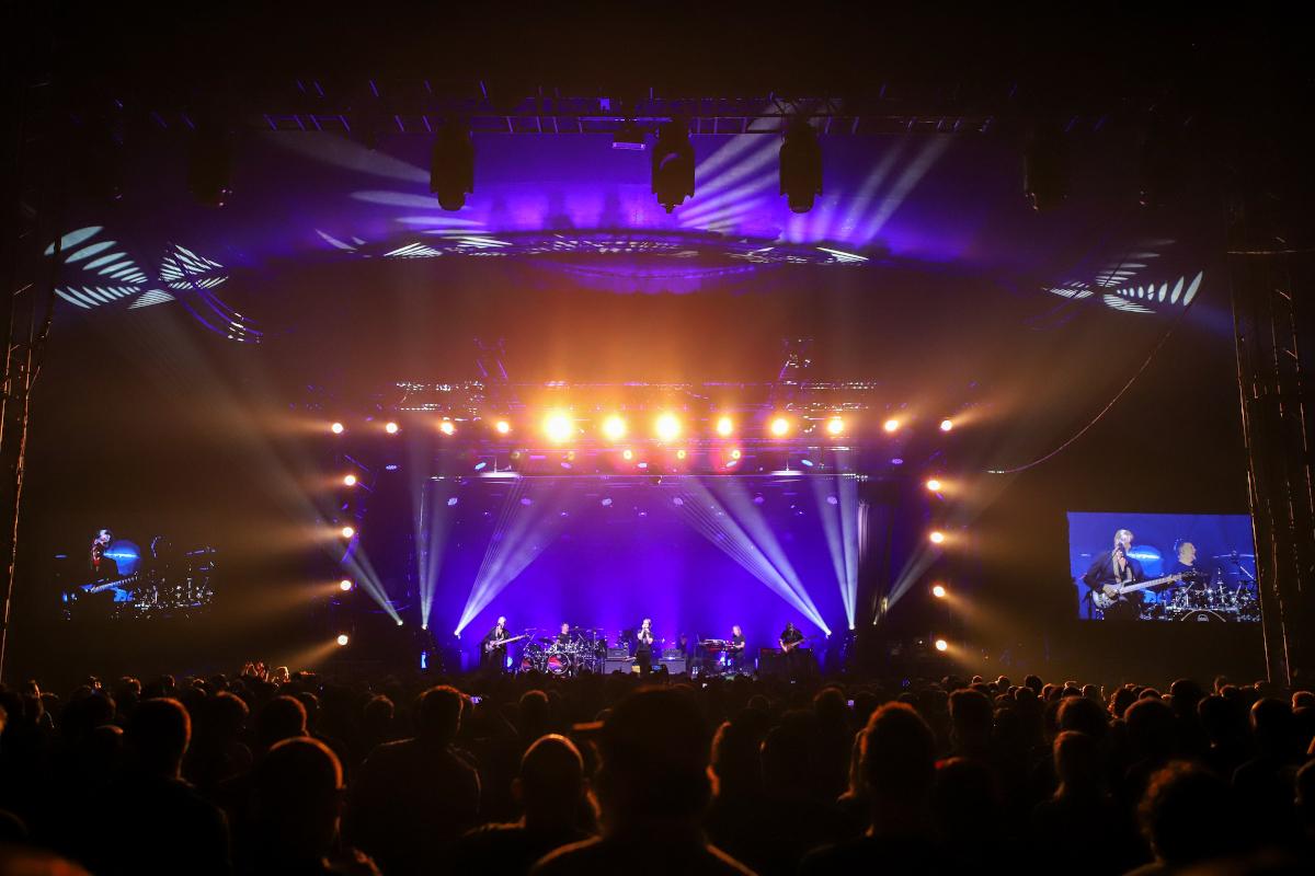 vollblut bietet Produktionsservice, gezeigt wird die Tollwood Musik Arena mit Blick über die Zuschauermenge auf die Bühne.